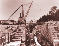 The lock chamber being built within a sheltered weir dam in 1907.